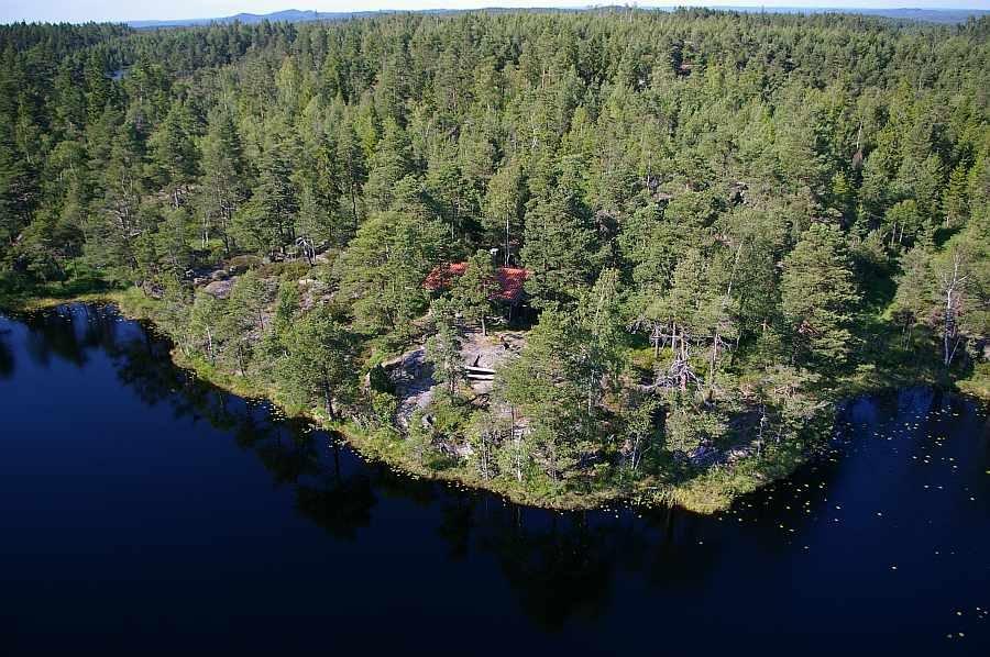 Das Haus Vestfjella liegt direkt an dem ersten Forellensee