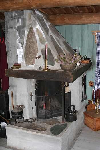 Das Ferienhaus wird geheizt mit dem Kamin und Ofen