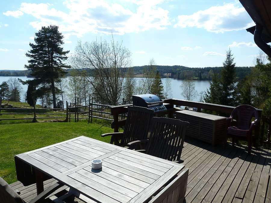 Die Terrasse mit herrlichem Seeblick. Dank des Gasgrills steht einem gemütlichen Grillabend nichts mehr im Weg