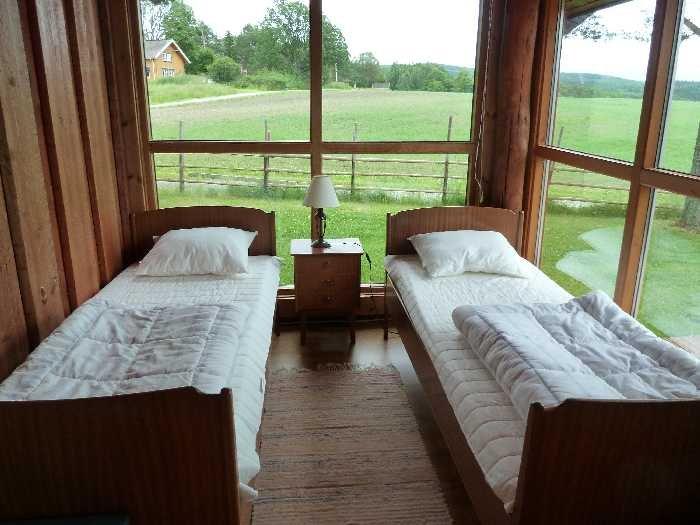 Eines der beiden Schlafzimmer mit 2 Einzelbetten und Seeblick