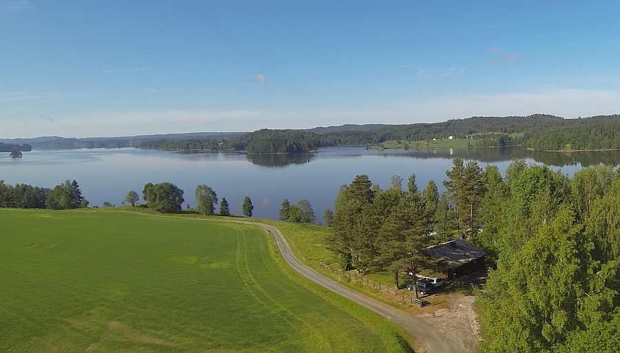 Blick von oben auf Haus Vidsyn und den See