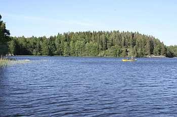 Der See Rødenessjøen ist 18 km lang und gehört zum Gewässersystem des Haldenvassdraget.