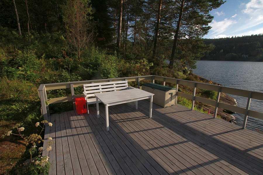 Sitzplätze direkt am Seeufer
