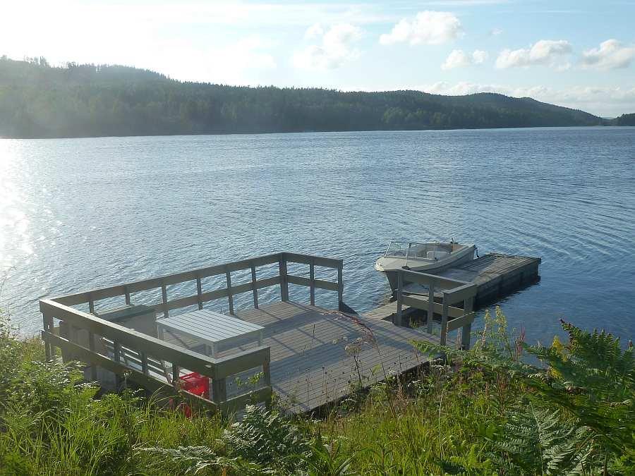 Bootssteg und Terrasse am Wasser