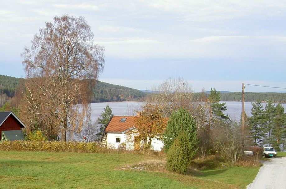 Ferienhaus Vestenga (weiß) - links davon, der rote Schuppen, gehört zum Grundstück des Hauses