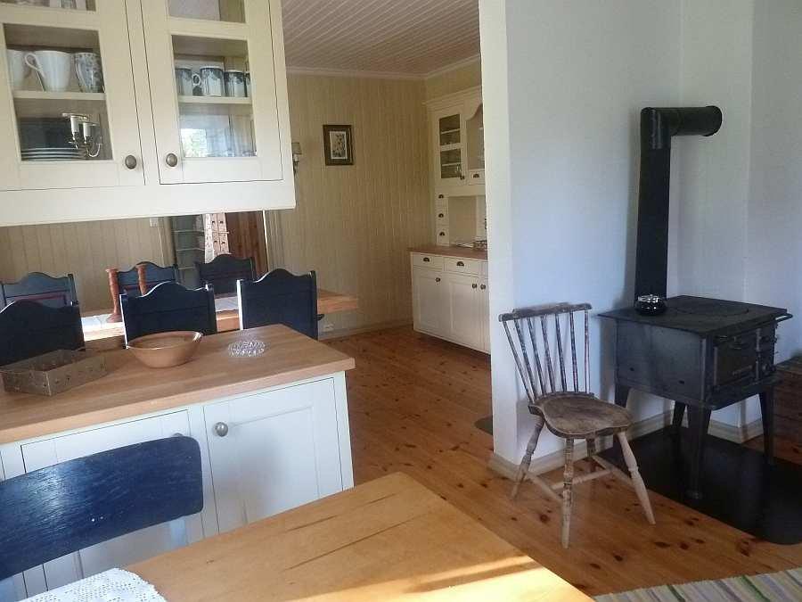 Der Holzofen in der Küche schafft Behaglichkeit - Übergang zum Esszimmer