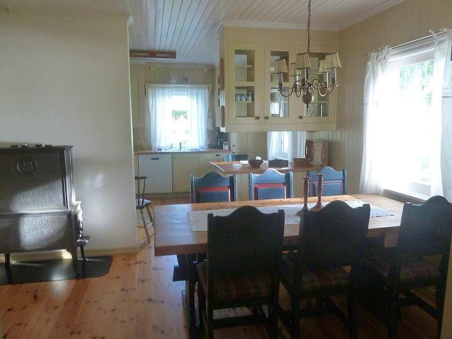 Das Esszimmer mit antikem Holzofen, Übergang zur Küche