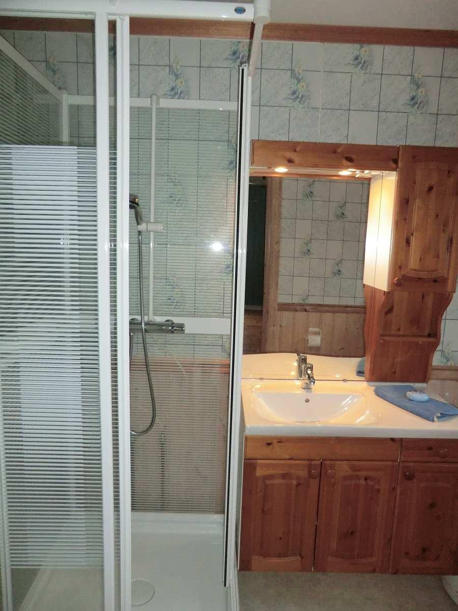 Im Bad gibt es auch eine Waschmaschine