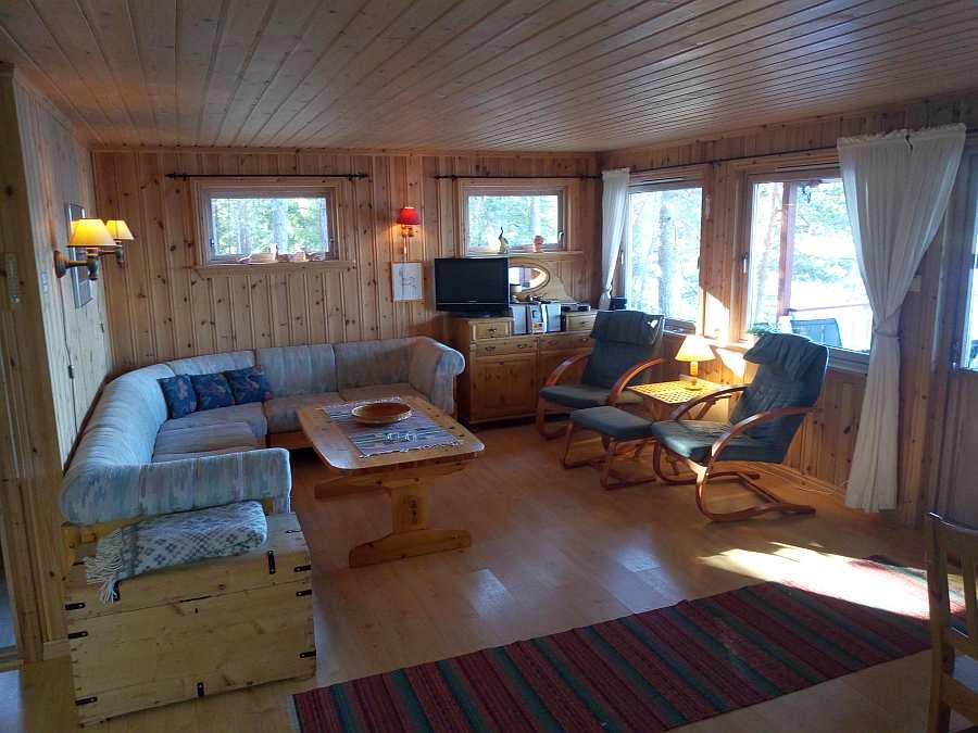 Der gemütliche Wohnbereich des Ferienhauses mit direktem Blick auf den See