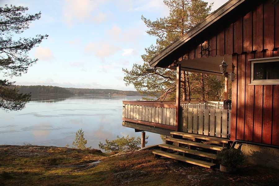 Haus Ekly liegt auf einer Insel im See Vansjøe