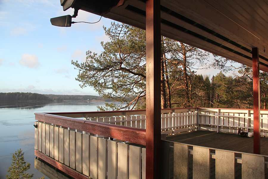 Die große Veranda mit Blick auf den See
