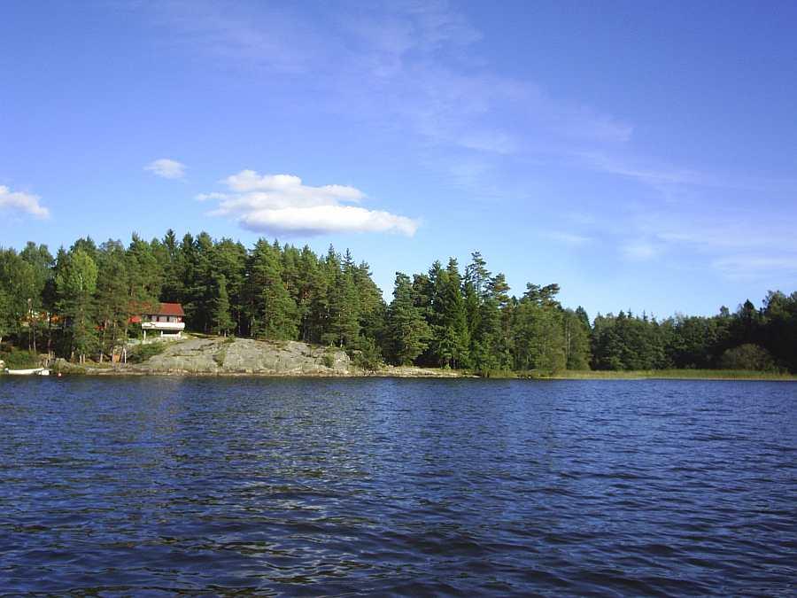 Blick vom Boot zum Ferienhaus