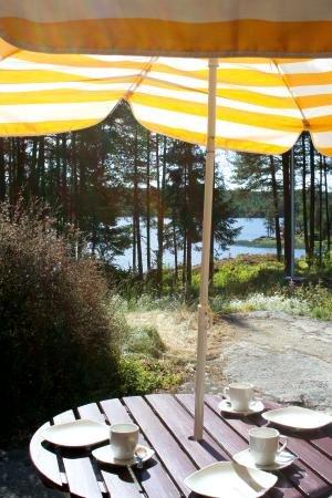 Größzügige Terasse mit Blick auf den See.