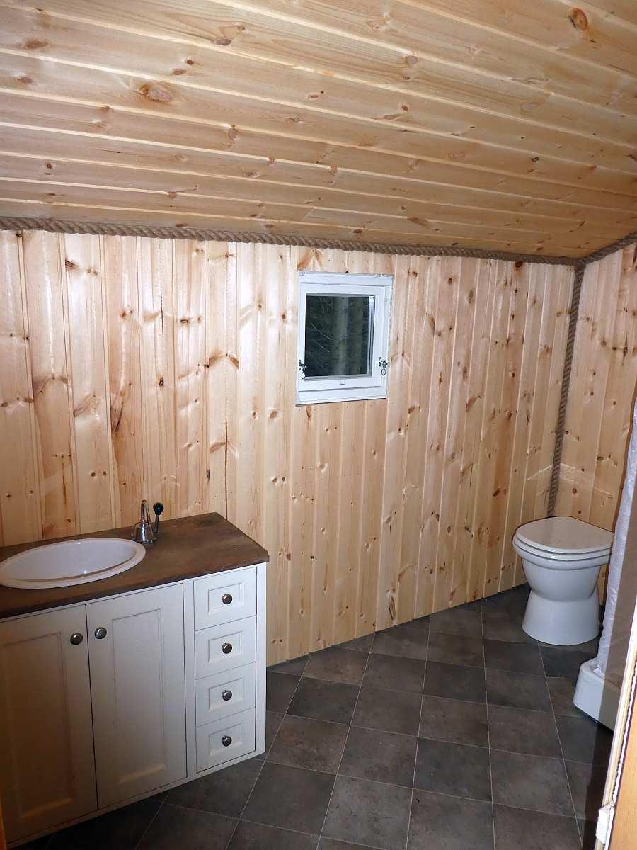 Die Dusche und das Waschbecken verfügen ebenfalls über fließend k/w Wasser