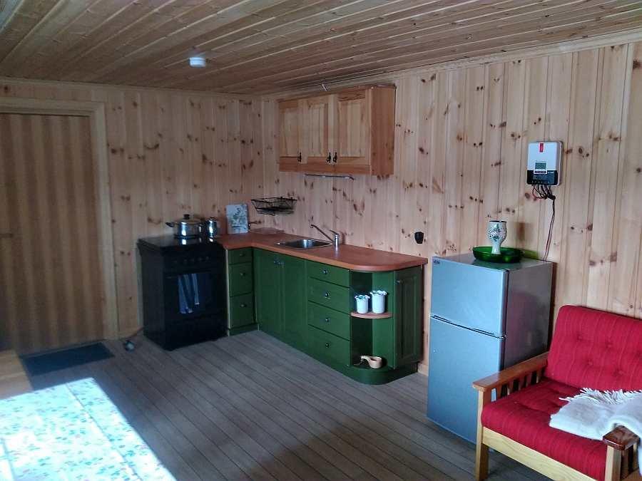 Die Küchenecke des Hauses - Gasherd, Spüle mit fließend k/w Wasser, Gaskühlschrank mit Gefrierfach
