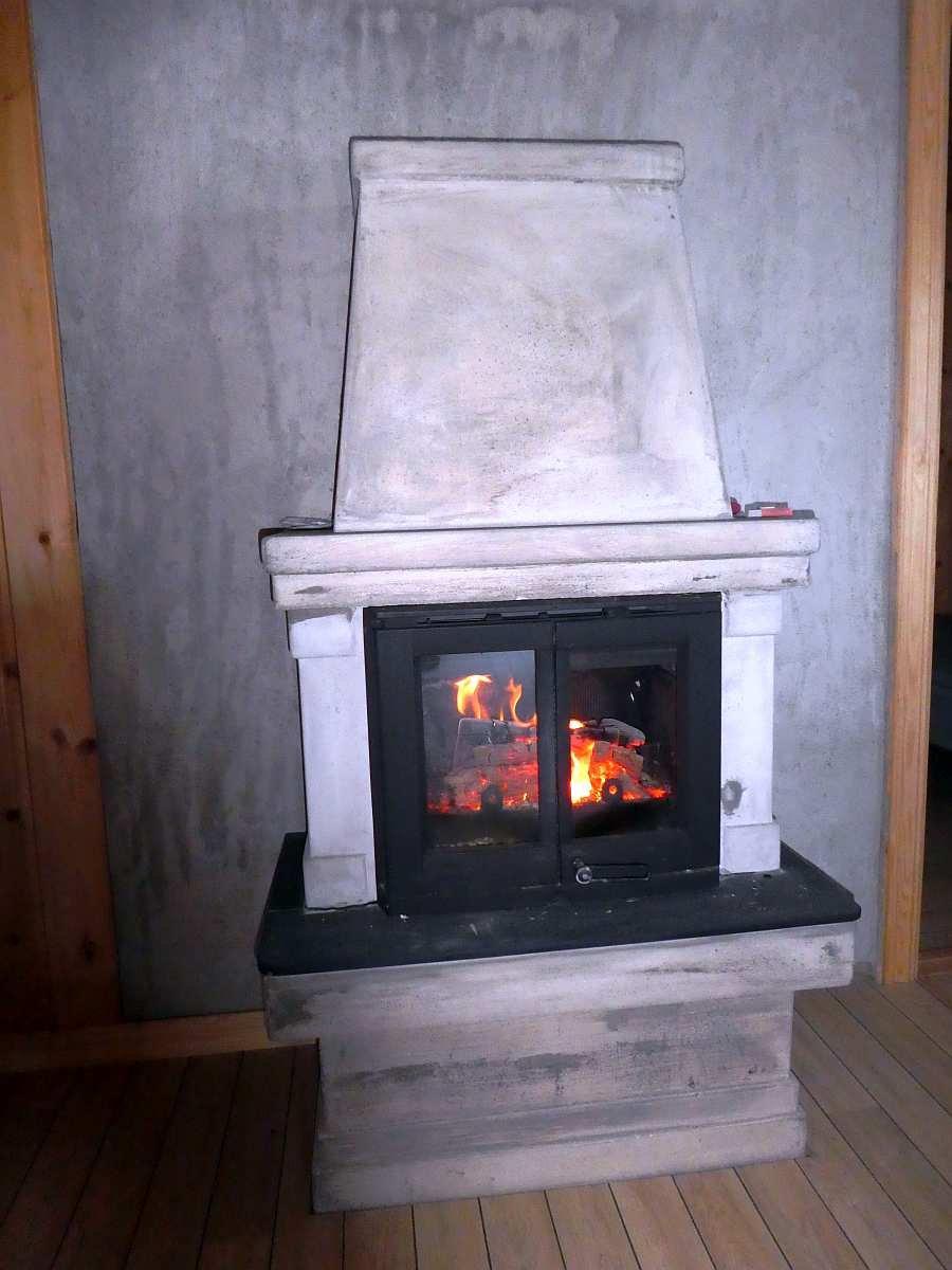Der Kaminofen macht's  gemütlich und warm