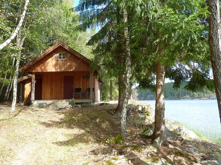 Das Haus liegt auf einem eigenen Naturgrundstück direkt am Waldrand und am Seeufer