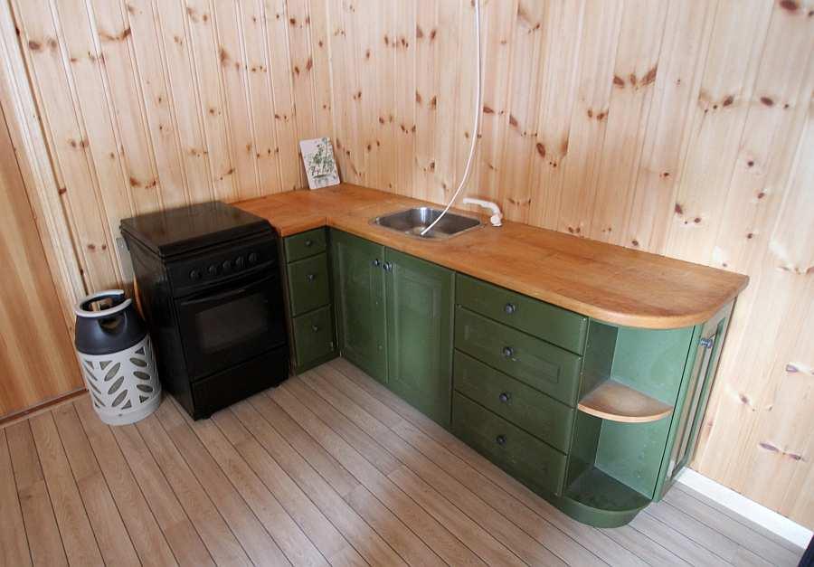 Die Küchenecke des Hauses - auch hier wird noch renoviert. Der Wasserhahn mit fließend k/w Wasser fehlt z.B. noch. Der Gaskühlschrank wird ebenfalls noch eingebaut - neue Bilder folgen!