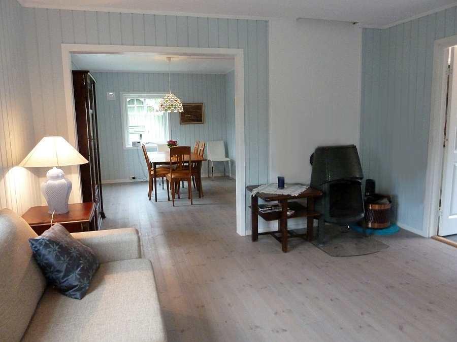 Blick vom Wohnraum in das separate Esszimmer