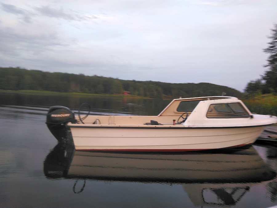 Das optional buchbare Angelboot 18 Fuß/30 PS, 4-Takter, Steuerstand, Windschutz