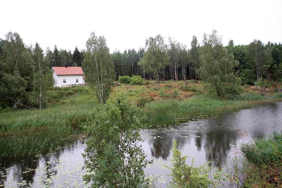 Ferienhaus Kilen am See Vansjø liegt auf einem eigenen, großen Naturgrundstück. Direkt hinter dem Haus beginnt schon der Wald.