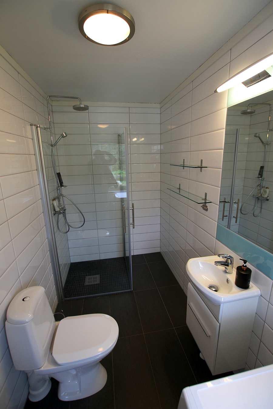 Im Bad gibt es Fußbodenheizung. Eine Waschmaschine steht zur Verfügung