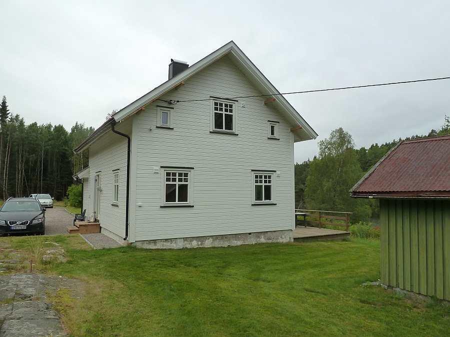 Das Grundstück des Hauses bietet viel Platz. Der Schuppen im Vordergrund steht als Stauraum zur Verfügung
