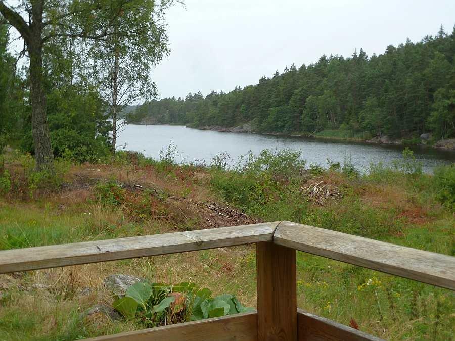 Blick von der Terrasse auf die Hausbucht des Sees