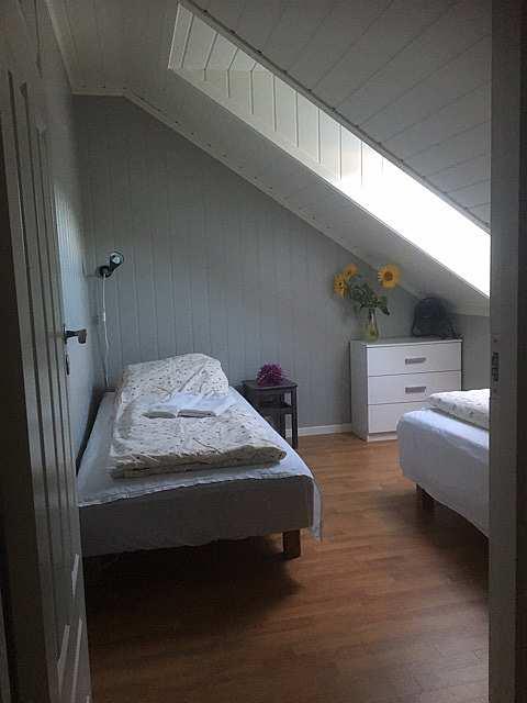 Eines der Schlafzimmer mit zwei Einzelbetten in der Ferienwohnung Abborn
