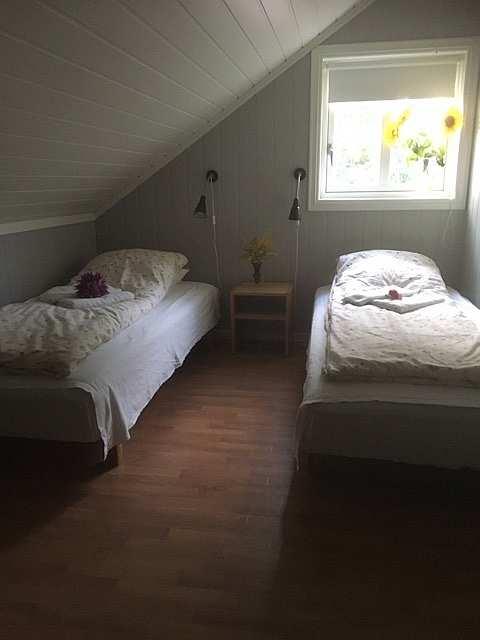 Eines der Schlafzimmer mit zwei Einzelbetten in der Ferienwohnung Gjedda