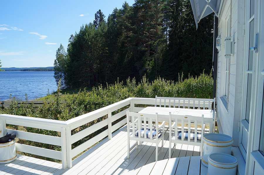 Auf der Veranda kann man wunderbare Stunden mit Seeblick verbringen