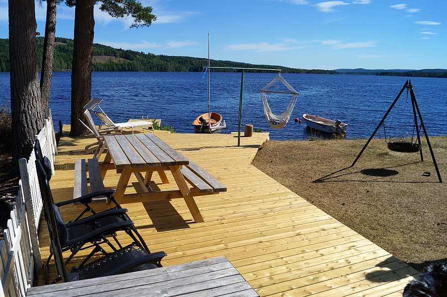 Zusätzliche Holz-Terrasse direkt am Seeufer. Hier lässt es sich aushalten
