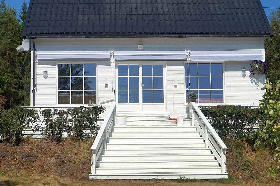 Die Veranda auf der Seeseite des Hauses mit der Treppe zum Garten