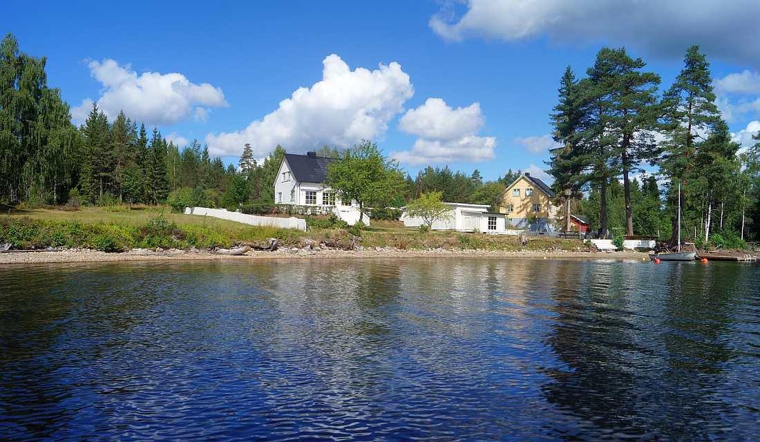 Blick vom Wasser auf das große Ufergrundstück vom Ferienhaus Nabben