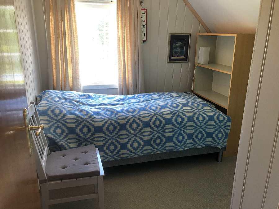 Eines der Schlafzimmer mit einem Einzelbett