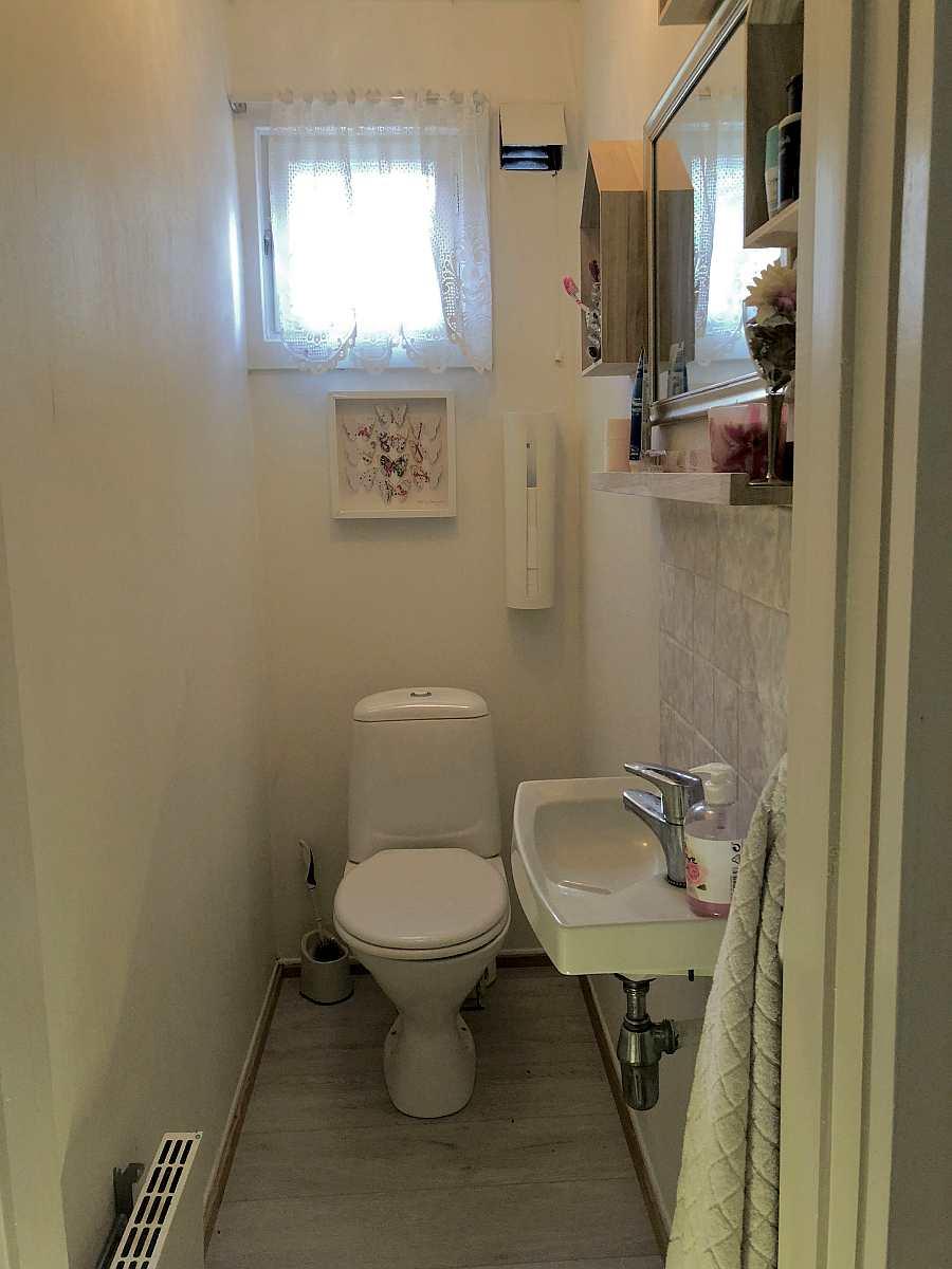 Eines der beiden separaten WC-Räume mit Waschbecken