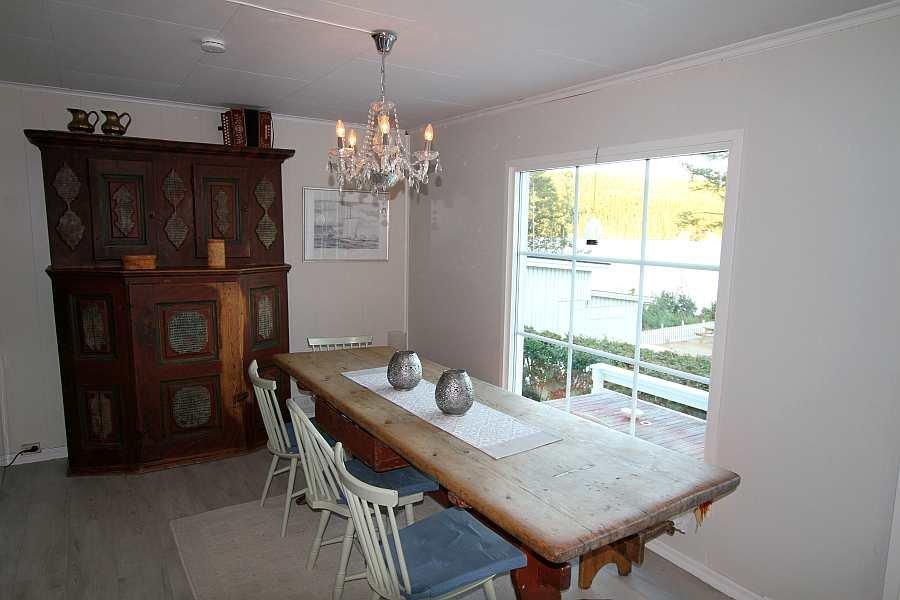 Der große Esstisch bietet Platz für alle Personen