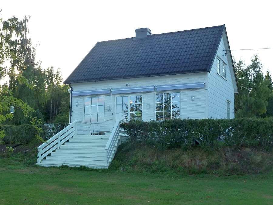 Am Ende der Treppe von der Veranda beginnt der große Garten des Hauses
