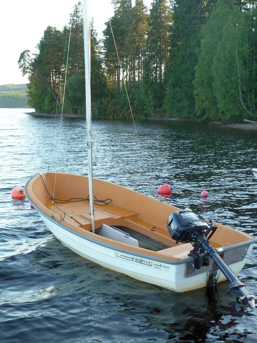 Das optional zusätzlich buchbare Motorboot -Askeladden- 14 Fuß/6 PS, 4-Takter  (dieses Boot wird inkl. einem einfachen Umbauset und Mast/Segel vermietet. So ist bei Bedarf ein Umbau zur einfachen Segeljolle in wenigen Minuten erledigt).