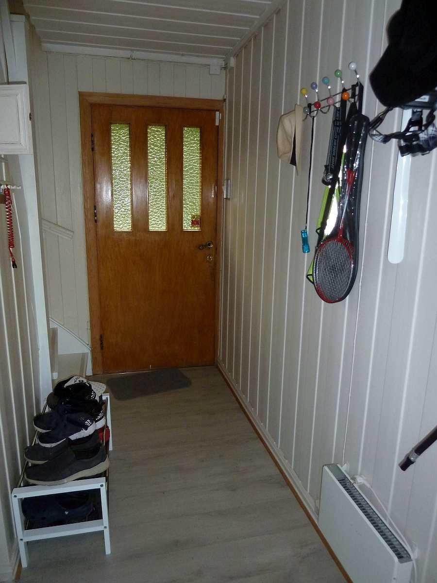 Im Eingangsbereich des Hauses gibt es viel Platz für Schuhe und Jacken