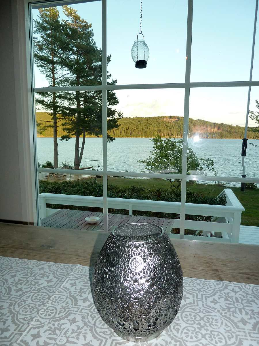 Blick vom Wohnbereich auf den See