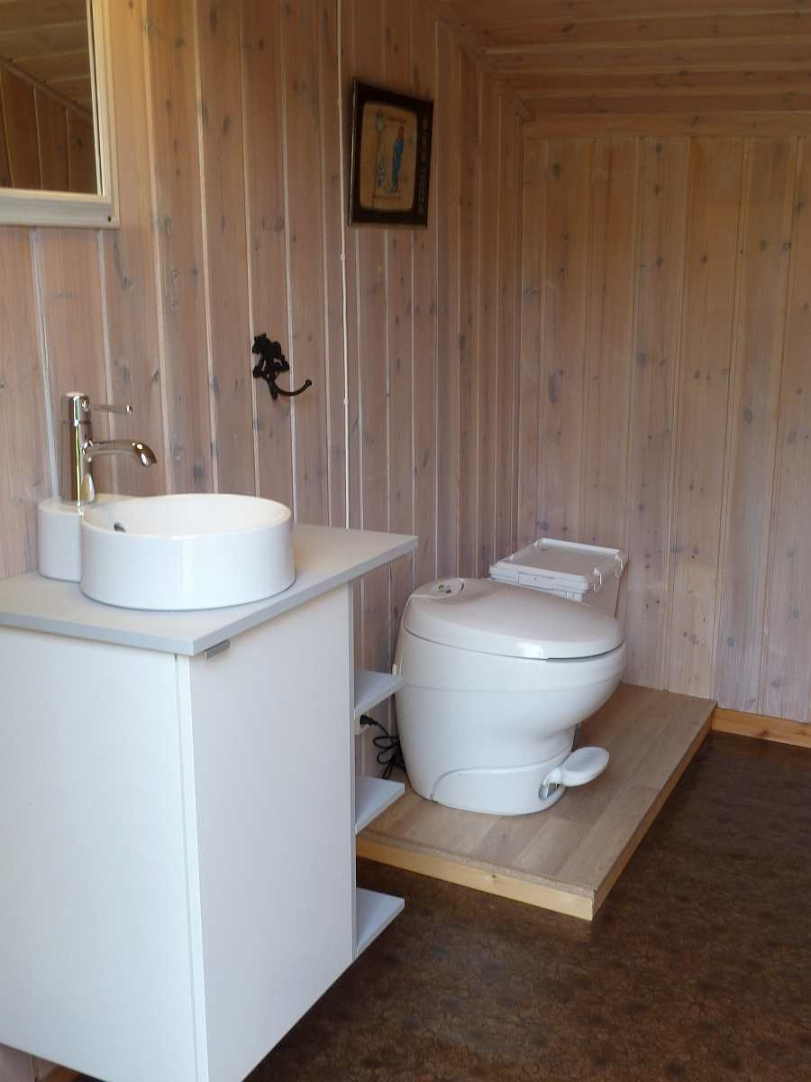 Die moderne Biotoilette gleicht einer ganz normalen Toilette - mit  normaler Spülfunktion aus einem Wasserreservoir