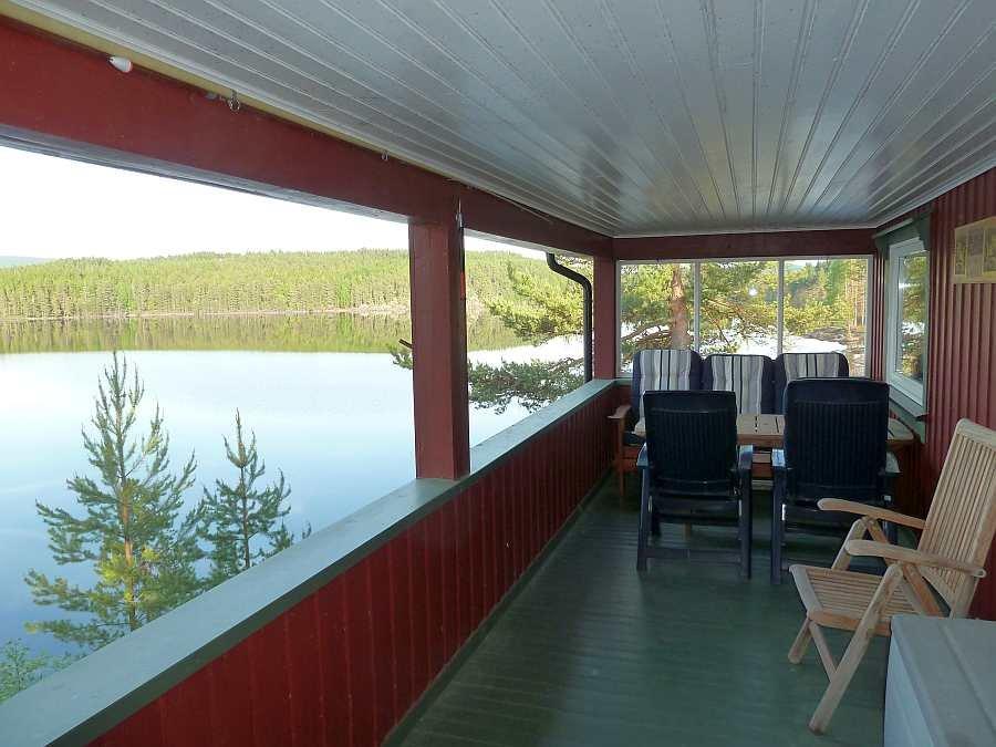 Blick auf die seeseitige Veranda des Ferienhauses