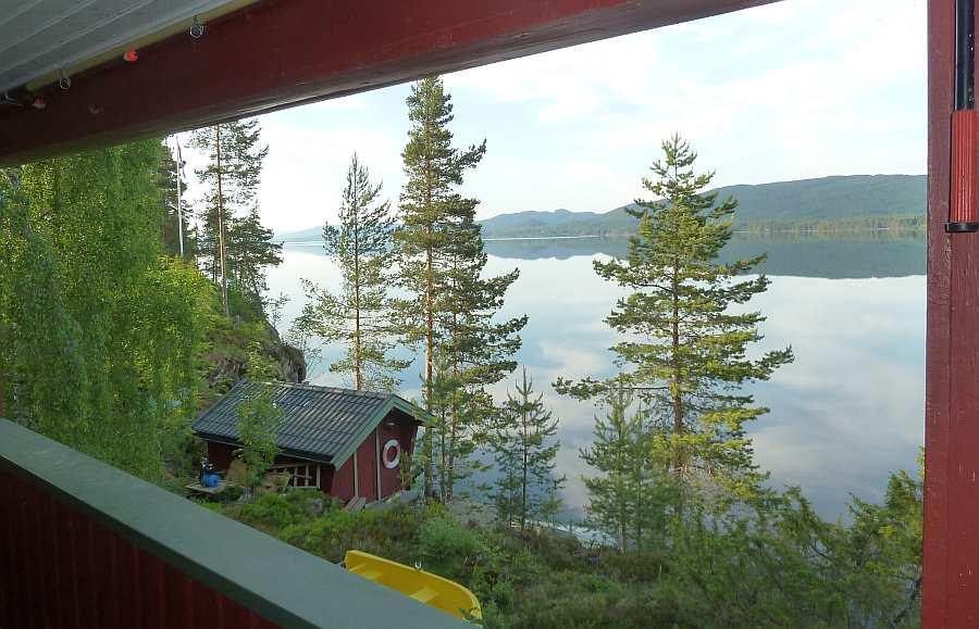 Blick von der Veranda nach links -  unten  am Wasser sehen Sie das optional zubuchbare Bootshaus mit einem weiteren Schlafzimmer