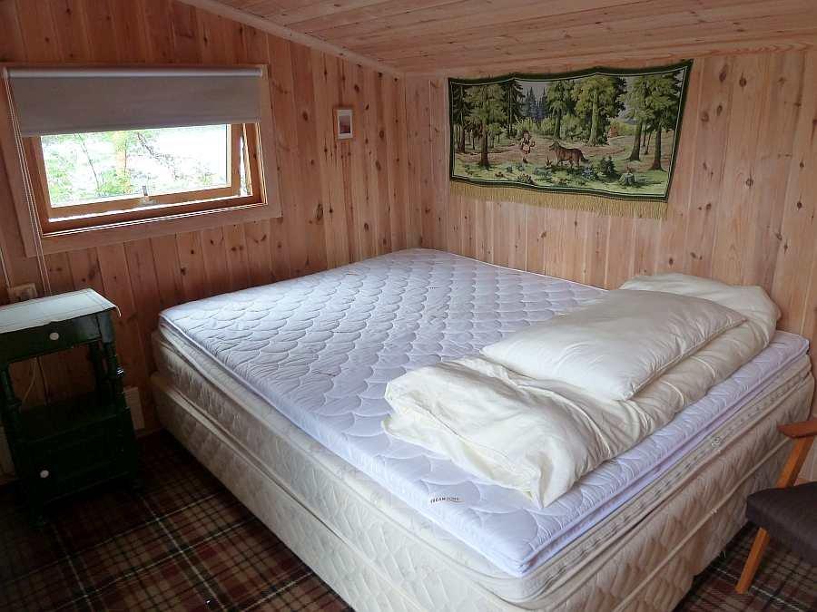 Das Schlafzimmer mit Doppelbett im Nebengebäude