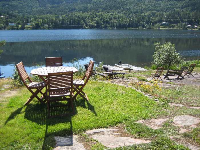 Sitzplätze am Seeufer