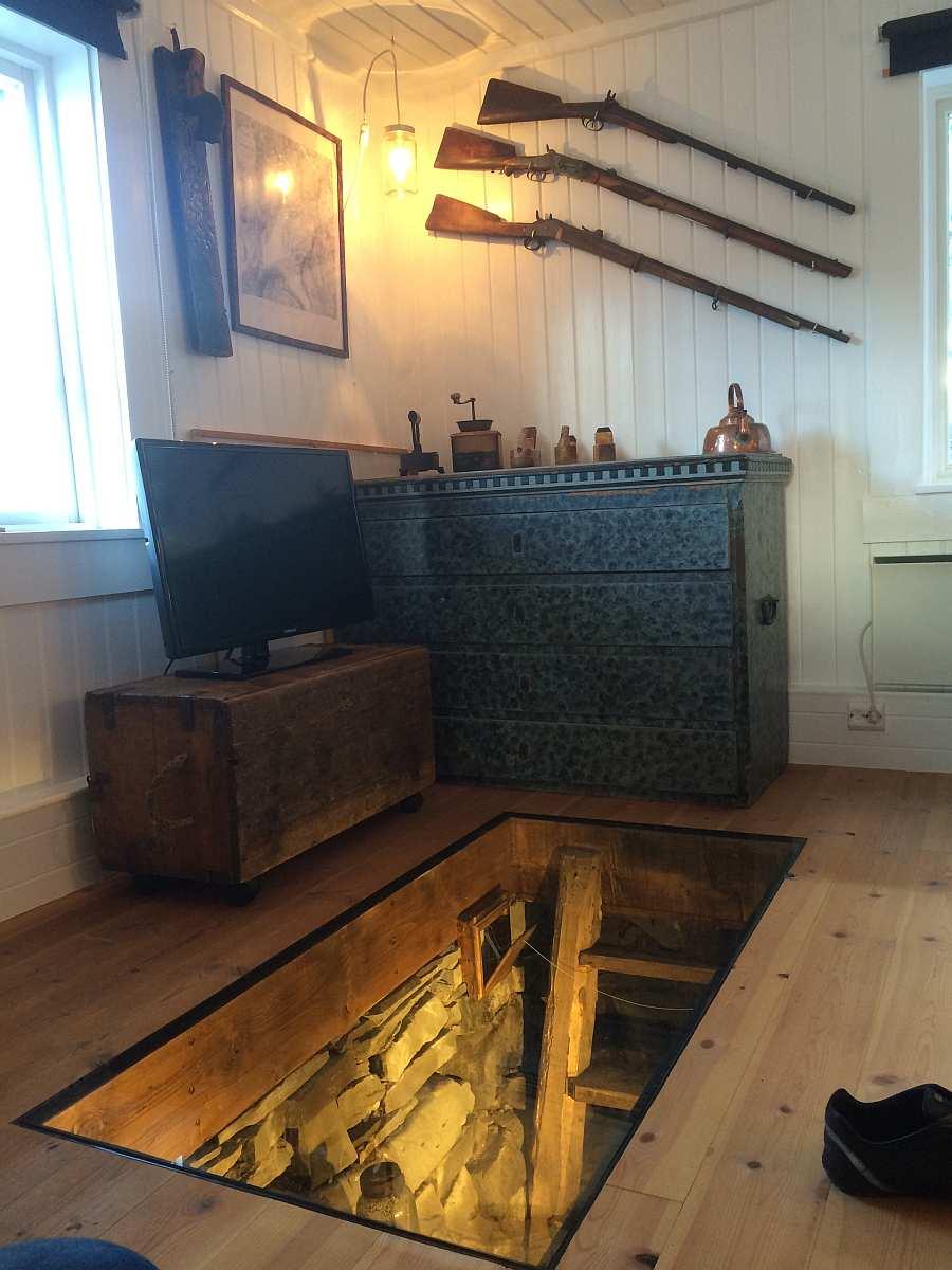 Ferienhaus Typ 1 - Zugang zum ehemaligen antiken Kühlkeller  - durch eine Scheibe im Boden zu bestaunen.