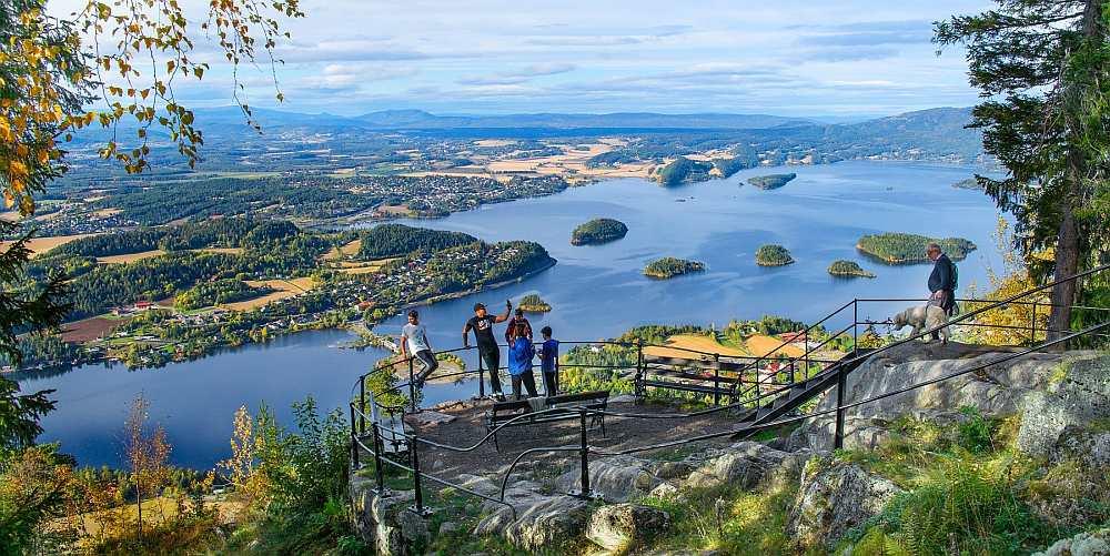 Das nahe Ausflugsziel Kings View - man kann das Ferienhaus Tangen und den Steinsfjord sehen.