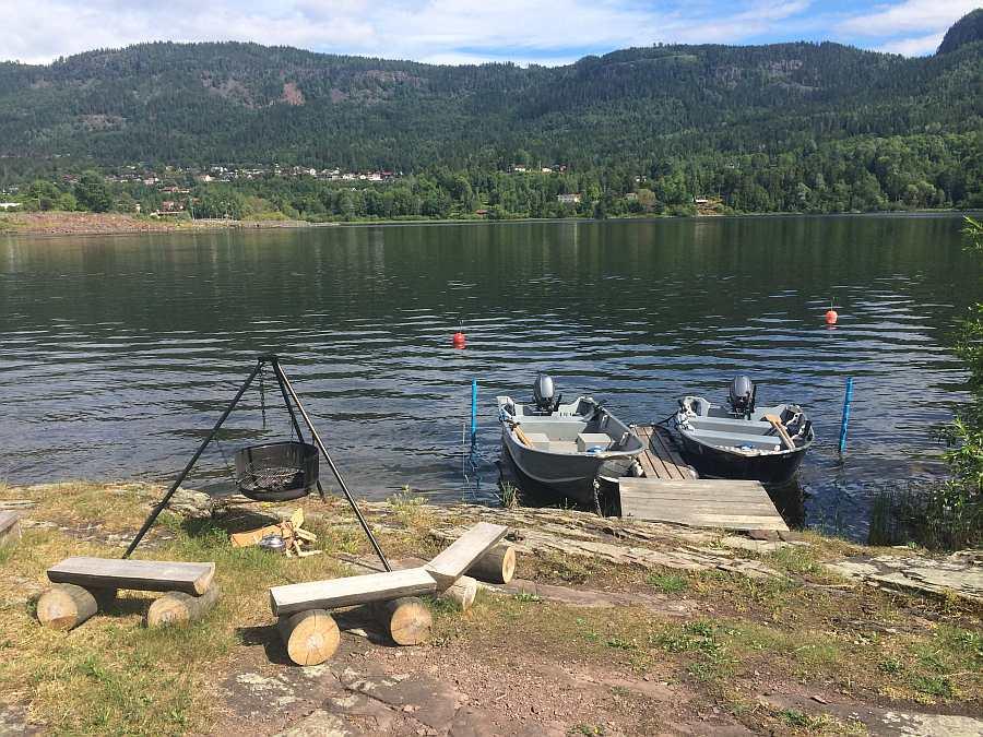 Die Angelboote liegen am hauseigenen Steg - hier die zwei im jeweiligen Hauspreis enthaltenen Boote. Feuerstelle am Wasser.