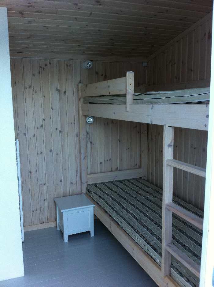 Schlafzimmer mit Etagenbett im Haus Typ 2. Zusätzlich steht bei Bedarf im Wohnbereich eine ausziehbare Schlafcouch zur Verfügung